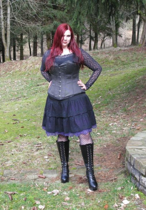 Spitzenshirt mit passendem Spitzenrock im Gothic-Stil
