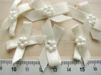 4 Schleifchen mit Perlblümchen in creme Fb1455