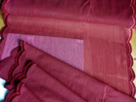 1m bi-elastischer Tüll mit beidseitiger Stickkante in  weinrot Fb0109