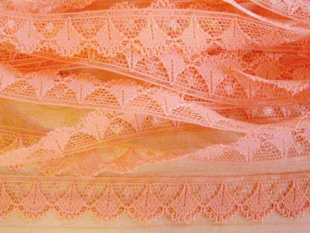 8m zarte Zierspitze in hell-orange