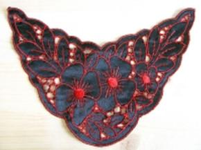 Spitzenapplikation in schwarz/rot